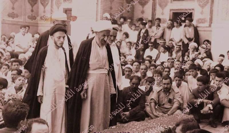 صورة أرشيفية قديمة تجمع سماحة آية الله العظمى الشيخ حسين الحلي وسماحة المرجع الديني الكبير السيد محمد سعيد الحكيم (مدّ ظله) في الصحن العلوي الشريف